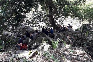 Giải cứu 2 người bị ong đốt nguy kịch, mắc kẹt trên núi Bà Đen