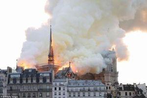 Cháy lớn kinh hoàng ở Nhà thờ Đức Bà Paris