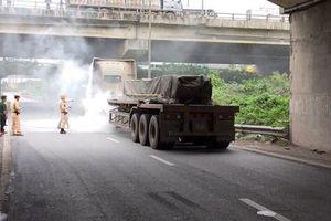 CSGT dũng cảm dập tắt xe container bị cháy, cứu giúp lái xe