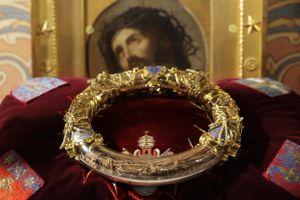 Có những thánh tích vô giá nào trong Nhà thờ Đức Bà Paris?