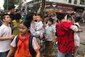 Cháy chung cư HH Linh Đàm, người dân hoảng loạn tháo chạy