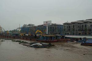 Trục vớt 2 xà lan chở than bị chìm trên sông Tam Bạc
