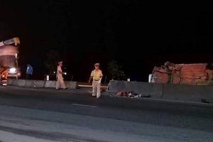 Xe con lật nghiêng sau va chạm với xe đầu kéo, 5 người bị thương