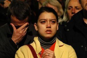 Hàng ngàn người khóc và cầu nguyện khi Nhà thờ Đức Bà Paris chìm trong biển lửa