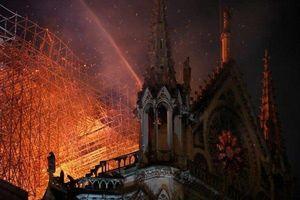 Bão lửa nuốt chửng ngọn tháp Nhà thờ Đức Bà Paris ngay ngày đầu Tuần Thánh