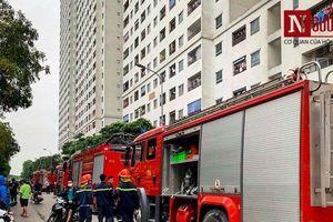 Cận cảnh đám cháy tại chung cư Linh Đàm, người dân hỗn loạn bỏ chạy