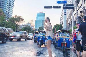 H'Hen Niê và á hậu vòng 3 một mét Khánh Phương diện quần cực ngắn tung tăng tại Thái Lan