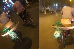 Bức ảnh chụp bà mẹ bán hàng rong, đồ vật cột sau xe khiến người đi đường xúc động