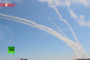 S-300 của Nga phóng hàng loạt tên lửa gầm rú bầu trời