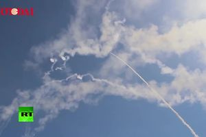 S-300 của Nga phóng hàng loạt tên lửa 'gầm rú' bầu trời