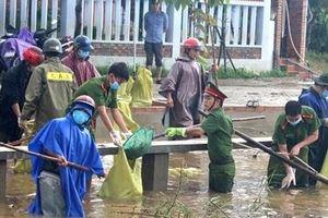 Tuổi trẻ Công an huyện Quan Sơn, Thanh Hóa giúp đồng bào vùng cao làm vệ sinh môi trường