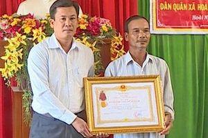 Truy tặng Huân chương Dũng cảm cho một dân quân ở Bình Định