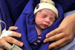 Trung Quốc: Cô bé đầu tiên sinh ra trong ống nghiệm vừa sinh con trai