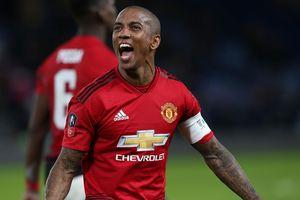 CĐV Man United trút giận lên Ashley Young sau trận thua Barca