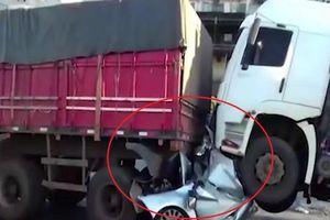 Gặp tai nạn, nam tài xế Brazil may mắn sống sót trong ôtô bị bẹp dúm