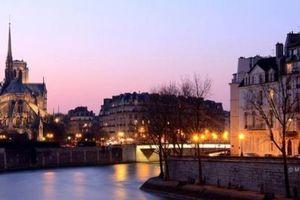 Cháy Nhà thờ Đức Bà và dòng thư ngắt quãng từ Paris