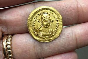 Bốn học sinh lớp 9 tìm thấy đồng xu cổ 1.600 năm tuổi