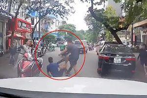 Quay đầu ô tô không xin đường, tài xế còn 'hùng hổ', bị dân đánh tới tấp