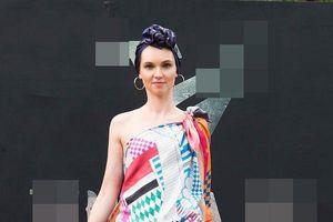 Siêu mẫu Quốc tế Khả Trang quấn khăn lụa làm áo, catwalk điêu luyện giữa dàn mẫu Tây