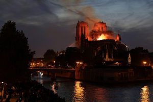 Thế giới bày tỏ tinh thần đoàn kết với Pháp sau vụ cháy Nhà thờ Đức Bà