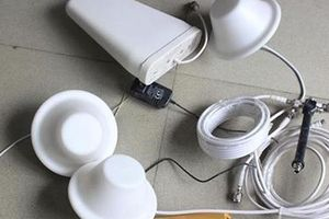 Nhóm người nước ngoài sử dụng thiết bị kích sóng di động