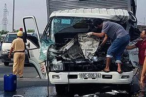 Ôtô tải tông xe cần cẩu ở Sài Gòn, 2 tài xế thiệt mạng