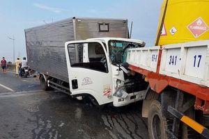 Xe tải tông trực diện vào đuôi xe cẩu, 2 người tử vong