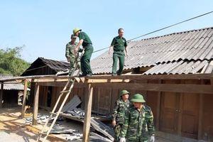 Lốc xoáy khiến hàng chục ngôi nhà xã biên giới Việt - Lào hư hỏng