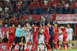 Bạo lực sân cỏ ở bóng đá Việt bùng phát vì 'lờn thuốc'?