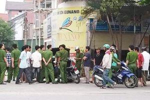 Bị chặn đầu xe, nhóm người trên xe khách cầm hung khí truy sát đối phương