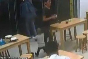 CLIP PHẪN NỘ: Bố 'cắm' con gái 2 tuổi ở quán ăn vì thiếu tiền bát mì