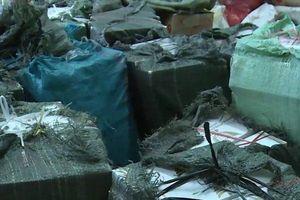 Bộ đội biên phòng vây bắt hai nam thanh niên chở hơn 10.000 gói thuốc lá lậu