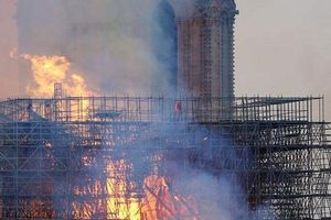 Người phụ nữ nói nhìn thấy 'hình ảnh giống Chúa Jesus' trong vụ cháy Nhà thờ Đức Bà Paris