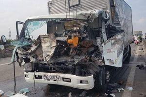 TPHCM: Xe tải tông xe cẩu đang dừng sửa chữa, 2 tài xế tử vong
