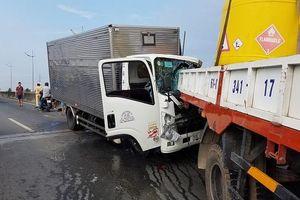 2 xe tải dính chặt nhau trên cầu Chợ Đệm ở Sài Gòn, 2 người tử vong tại chỗ