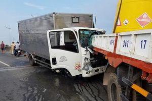 Xe tải tông xe cẩu đang dừng sửa chửa, 2 tài xế tử vong