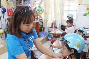 Trao mũ bảo hiểm đạt chuẩn và trang bị kỹ năng an toàn giao thông cho học sinh