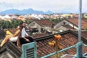 Ngăn chặn hành vi thiếu ý thức của các cặp đôi trèo lên mái nhà cổ chụp ảnh