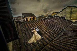 Bức xúc với hình ảnh cặp đôi chụp ảnh cưới trên mái nhà cổ Hội An