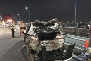 Mô tô tông nát đuôi xe ô tô 4 chỗ trên cầu Bình Lợi