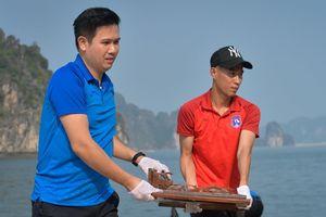 Bầu Tam và CLB Quảng Ninh đội nắng dọn rác bãi biển