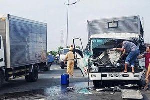 Dừng xe bên đường sửa chữa bị xe tải đâm thẳng vào khiến 2 người tử vong