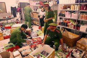 Nghệ An: Thu giữ gần 10.000 lọ mỹ phẩm nhái các thương hiệu nổi tiếng
