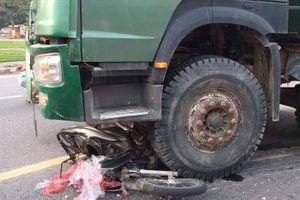 Xe tải ben chở đất va chạm xe máy, một phụ nữ tử vong