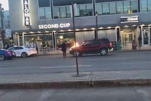Thanh niên tưới xăng đốt xe sang giữa phố và cái kết đắng