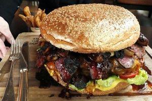 Bánh hamburger dát vàng khổng lồ mừng kỷ nguyên mới của Hoàng gia Nhật
