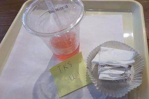 2 chữ đặc biệt trên mẩu giấy nhắn của vị khách để lại khiến nữ nhân viên phục vụ xúc động
