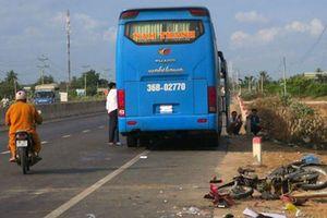 Xe máy vỡ nát, 2 vợ chồng tử vong sau va chạm với xe khách giường nằm