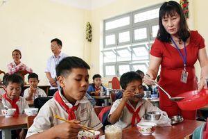 Thầy cô góp tiền nấu cơm trưa để học sinh đừng nghỉ học