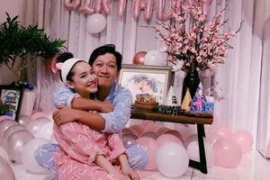 Trường Giang diện đồ ngủ, ôm hôn Nhã Phương trong ngày sinh nhật